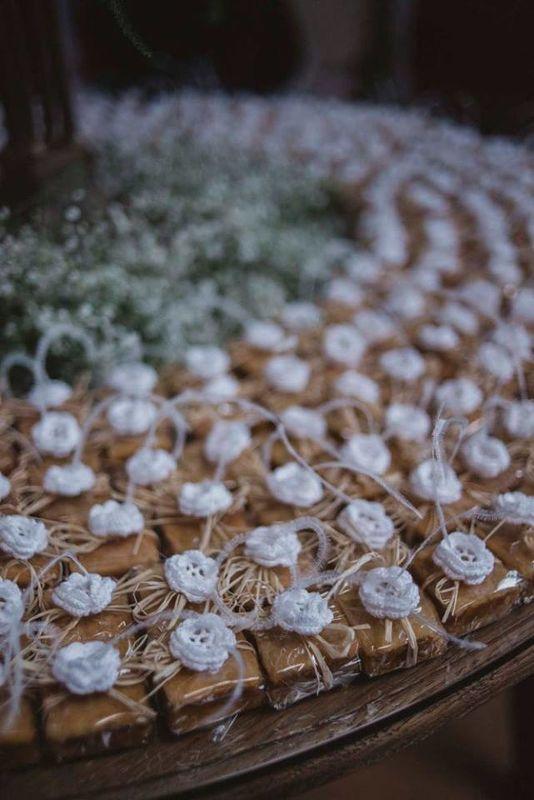 Amor em Pedaços embalados e flor de crochet