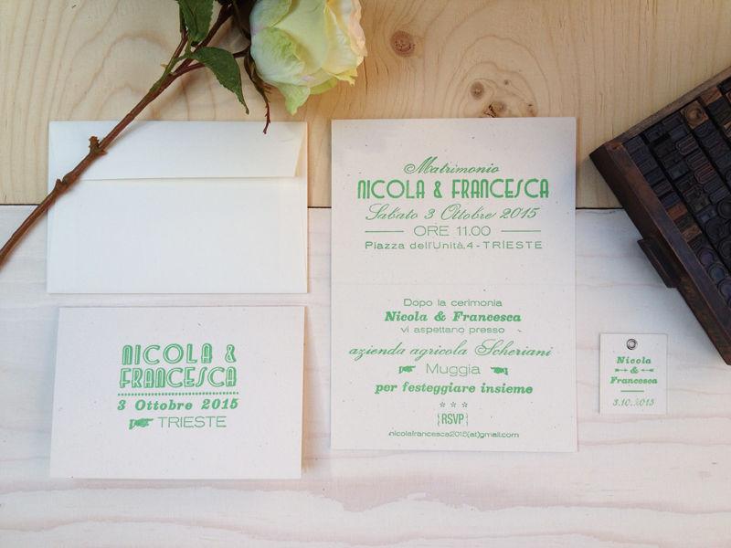 Pantone verde smeraldo, carta Flora Avorio e caratteri mobili per partecipazioni frizzanti.