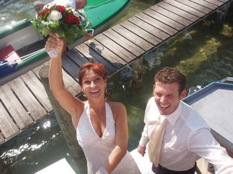 Beispiel: Glückliches Brautpaar, Foto: Mondsee Schifffahrt.