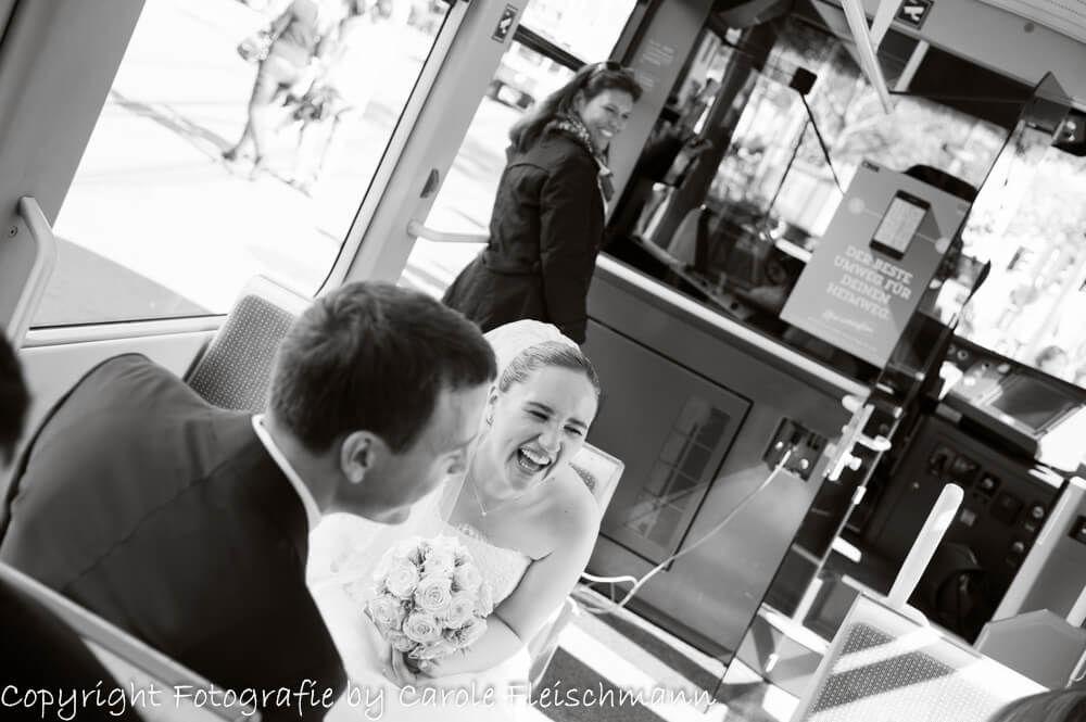 Beispiel:Witzige Szene unterwegs im Tram durch die Stadt Zürich,Foto:Carole Fleischmann Fotografie