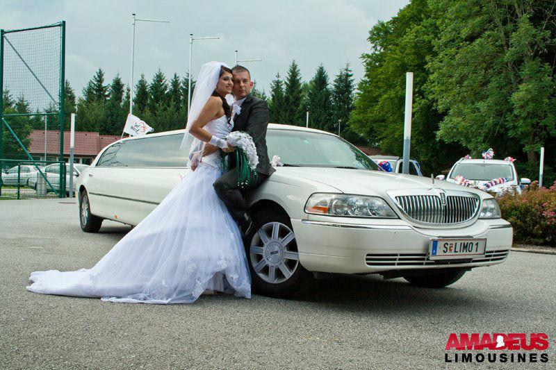 Foto: Brautpaar vor der Limousine