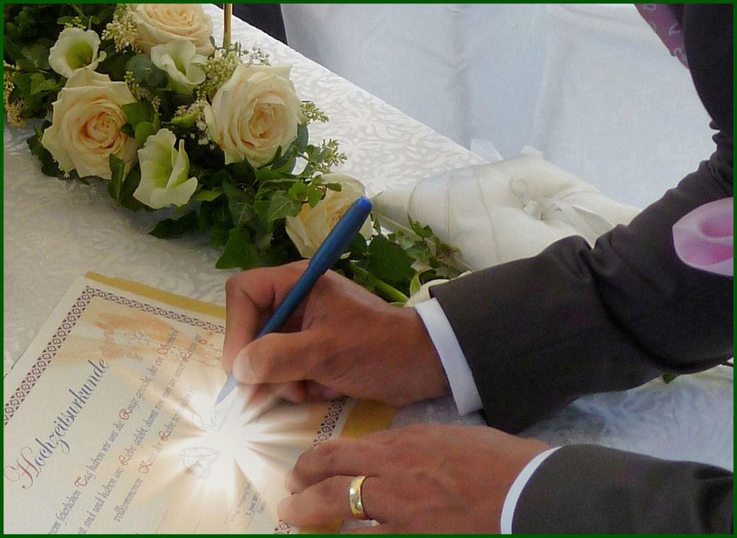 Wir unterschreiben unsere Hochzeitsurkunde. Foto: Zeitlose Zeremonie