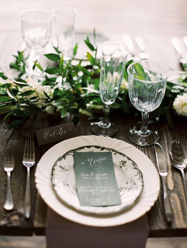 Свадьба в лесу. Меню и карточка рассадки для гостя.