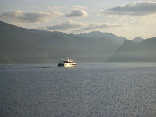 Foto: Schifffahrt an einem sonnigen Tag am Traunsee.