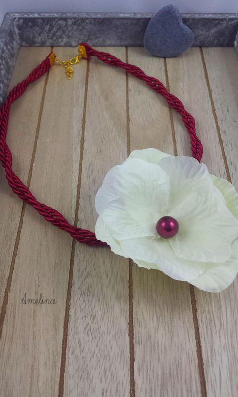 Amelina - collier Lana  Fleur de soie rehaussée de perles entièrement réalisée à la main sur cordon en coton. Fermoir en métal et chaînette réglable. Personnalisable à la couleur souhaitée
