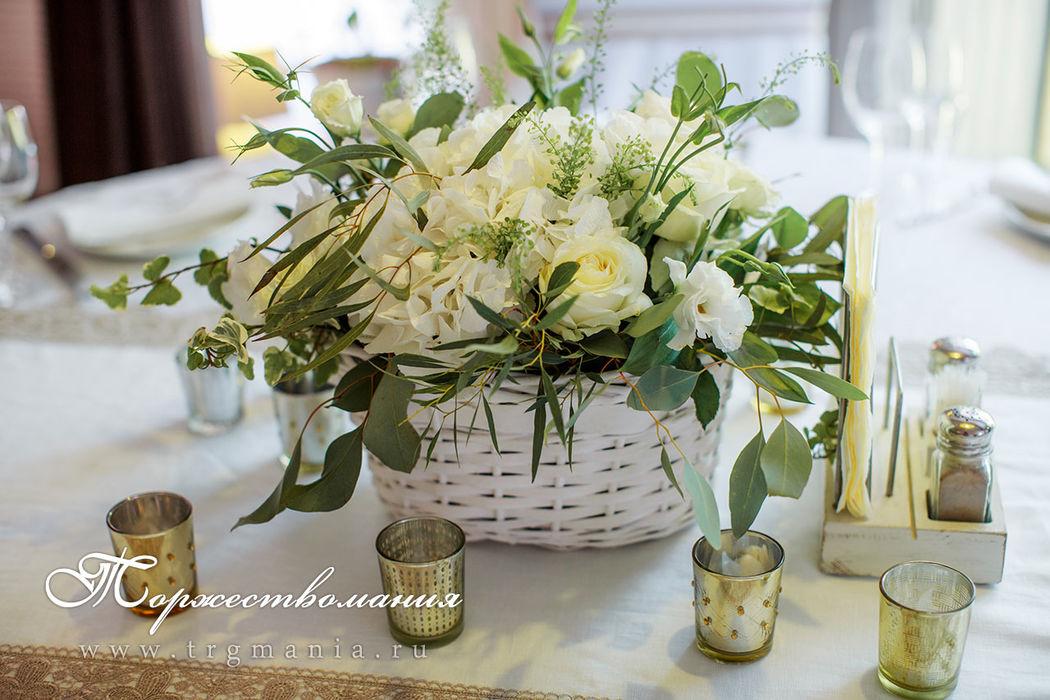 Цветочные композиции на столы гостей в корзиночках