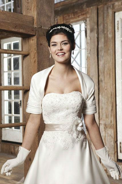 Beispiel: Wunderschönes Brautkleid, Foto: Brautatelier Tara.