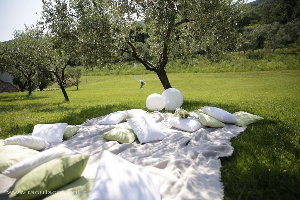 tappetone con cuscinoni, per uno stile boho chic all' aria aperta