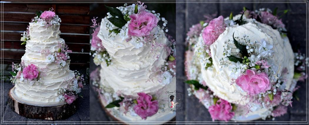Tort rustykalny z żywymi kwiatami.