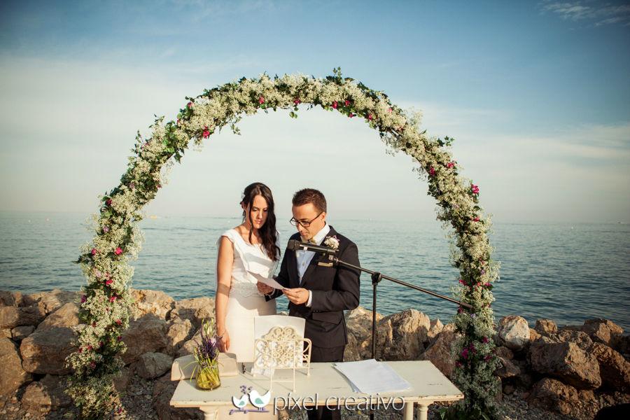 Arco de paniculata para ceremonia civil frente al mar