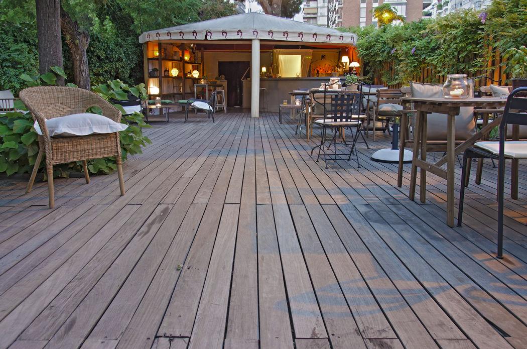 El Jardín. Panorámica del Jardín con disposición de mesas y barra al fondo. Un espacio ideal para la celebración de un cocktail al aire libre.
