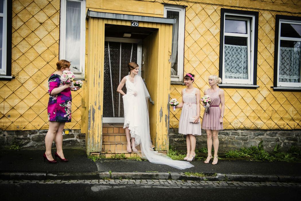 Beispiel: Braut auf dem Weg zur Kirche, Foto: About Moments Photography.