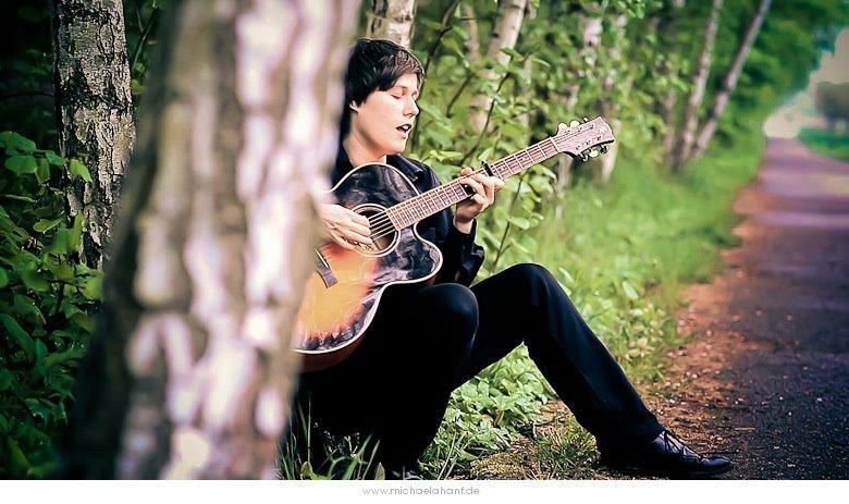 Beispiel: Live-Gesang mit Gitarrenbegleitung, Foto: Simona Kiel Hochzeitssängerin.