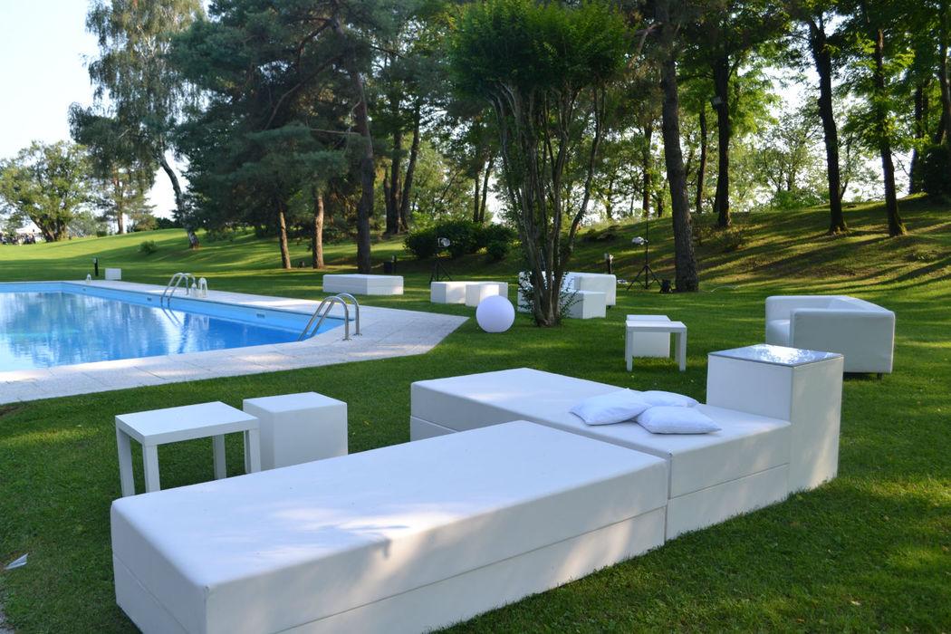 arredi lounge per allestimento piscina - Rossodisera Events & Wedding
