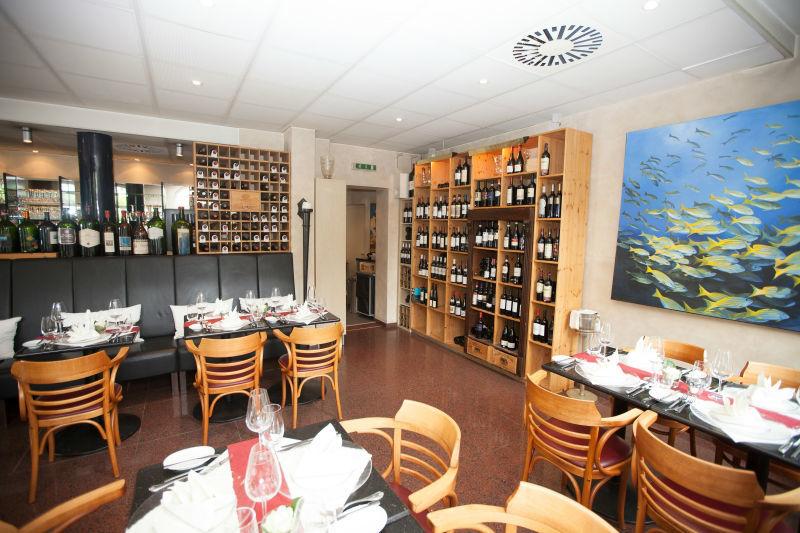Beispiel: Restaurant mit Weinregal, Foto: Restaurant Weinstein.