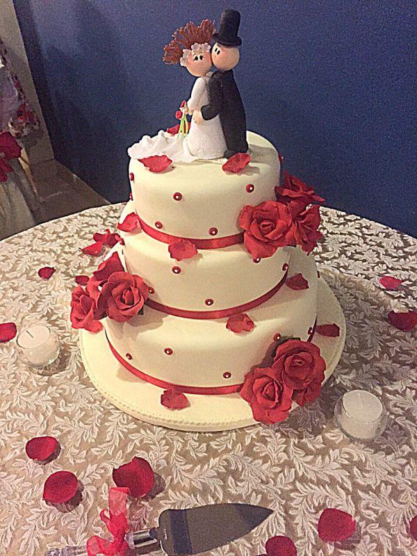 Torta Rosas Rojas  (novios en porcelana fría)