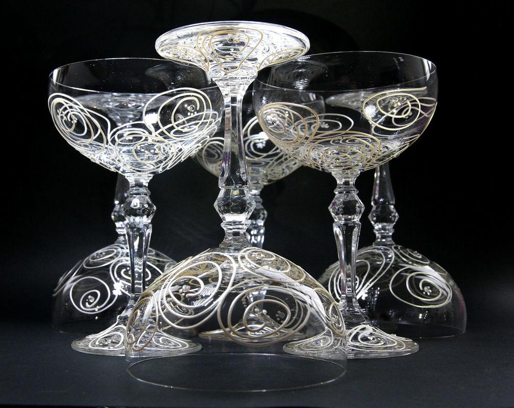 Coupes à champagne en cristallin et strass en cristal Swarovsky. Une de nos créations ... que nous pouvons personnaliser. Le mieux c'est d'en parler, contactez-nous !