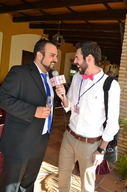Todos los invitados sonríen al ver a nuestro reportero y su micro.