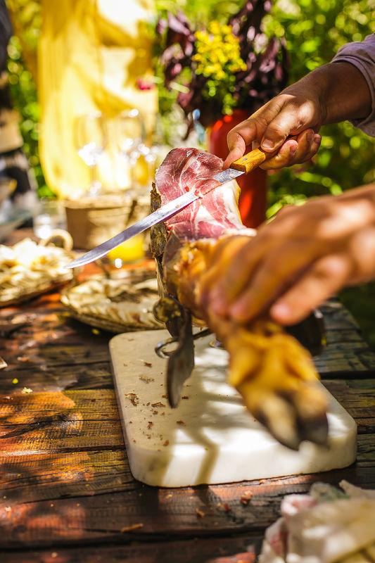 Estación de jamón serrano, con pantumaca y sangría, en La Arbequina  Foto: Inspira Fotografía Documental