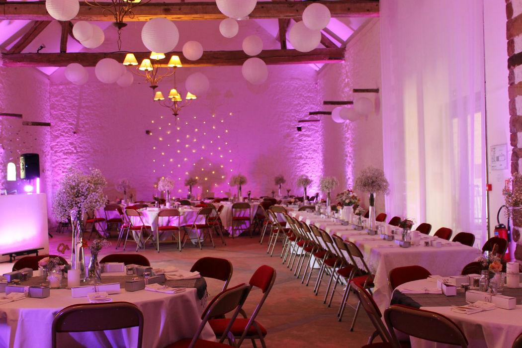 Décoration de la salle de réception lors d'un mariage