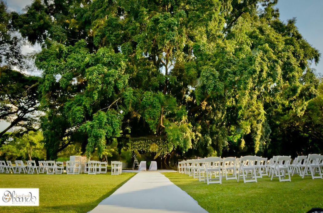 La celebración de una boda campestre realizada con ese toque mágico y especial, en un lugar en el que su matrimonio estará rodeado de ese hermoso e imponente paisaje.  Boda realizada con la producción y el sello de Juan Camilo Obando.