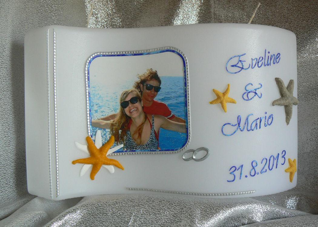 Hochzeitskerze Fotodruck, dekoriert nach Ihrem Hochzeitsthema Handgearbeitete Hochzeitskerzen, in vielen verschiedenen Variationen. Auf Sie als Brautpaar zugeschnitten. Ich berate Sie gerne. Mehr dazu unter www.kerzenatelier.ch