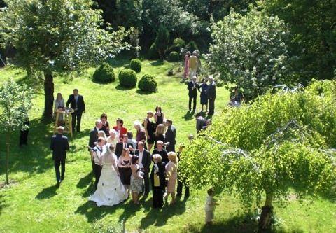 Beispiel: Hochzeitsgesellschaft im Garten, Foto: Schloss Scharfenberg.
