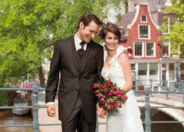 Beispiel: Hochzeitsmode, Foto: Brautmoden Isabel Bräutigam.