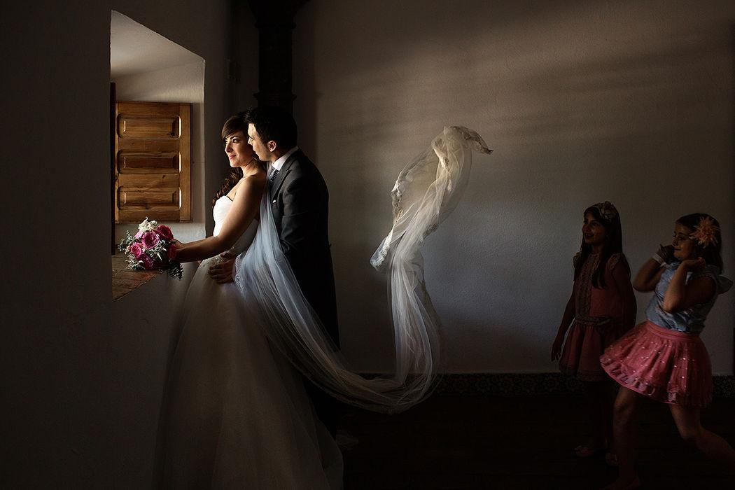 Los niños siempre se divierten en las bodas.