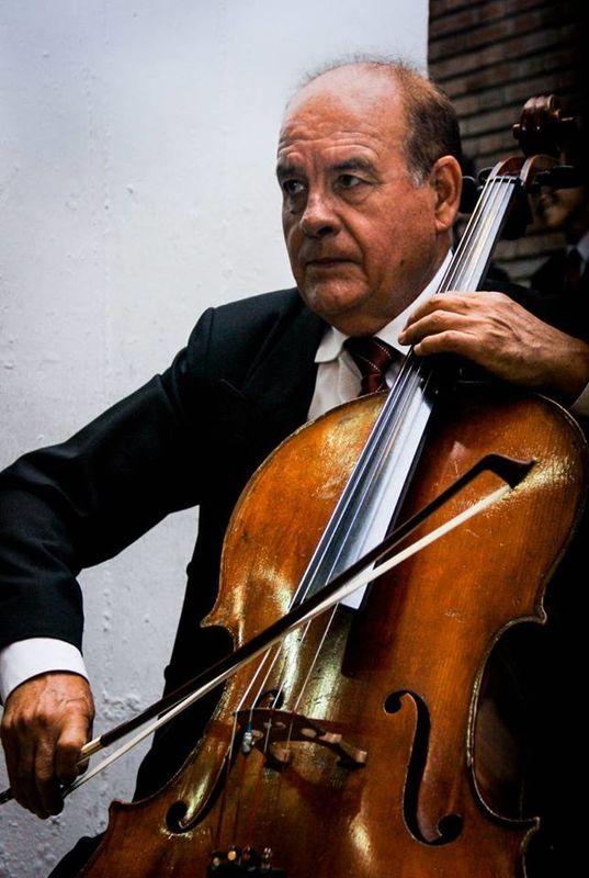 Maestro Hector Valdez  www.corocanticumnovum.com