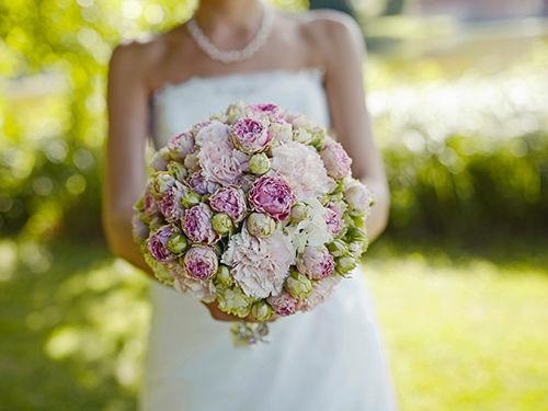 Beispiel: Braut mit Brautstrauß, Foto: Annika Wietzorke - Hochzeitsplanung & Eventdesign.