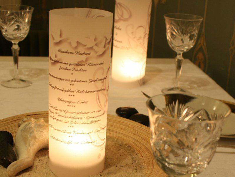 Menükarten zur Hochzeit aus Windlichter auf einer festlichen Hochzeitstafel.