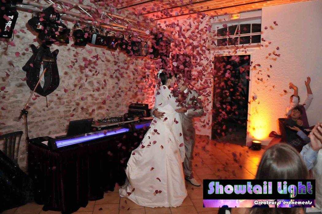 Entrée des mariés dans la salle de repas de mariage