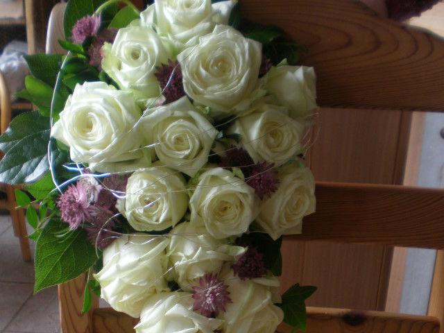 Beispiel: Brautstrauß mit weißen Rosen, Foto: Blumenstudio Marzahn.
