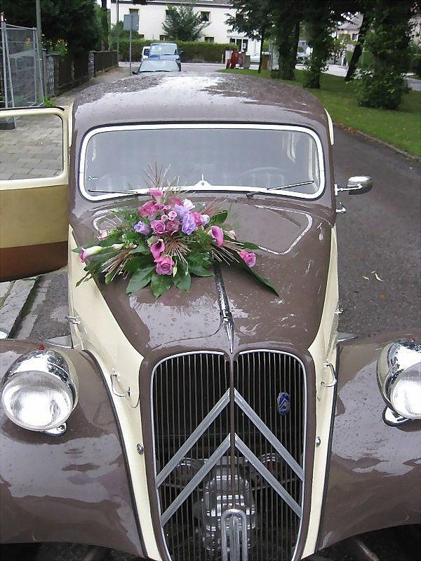 Beispiel: Florale Autodekoration, Foto: Blumen-Heller.