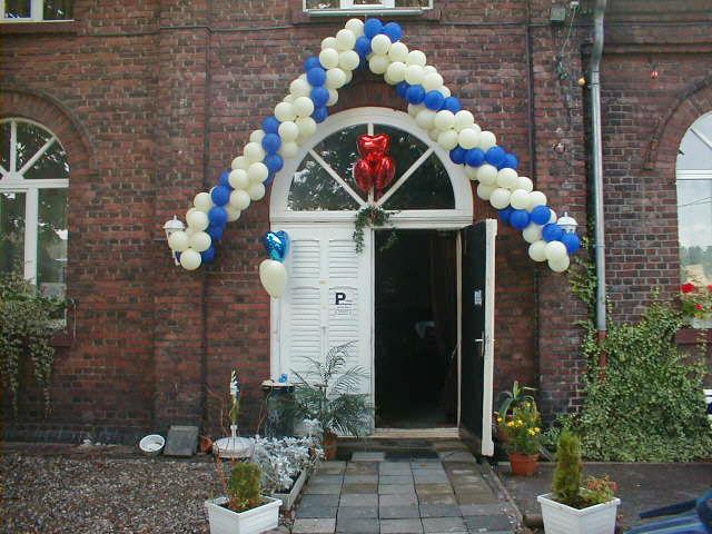 Eingangsportale in anderer Form? Kein Problem! Wir fertigen Ballonketten / Ballongirlanden für Fassaden, Innendekorationen usw.