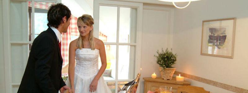 Beispiel: Brautpaar im Hotelzimmer, Foto: Mondi-Holiday Hotel Oberstaufen.