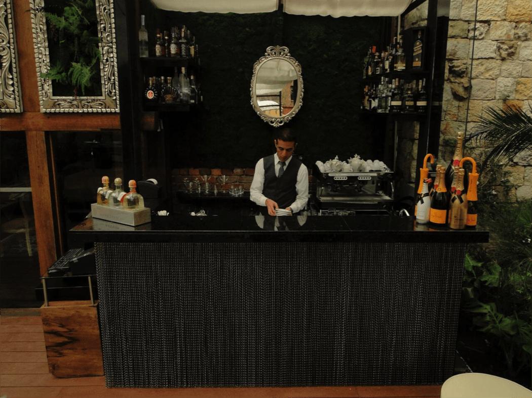 De nuestra barra podrás disfrutar de cocteles clásicos y probar recetas de autor que nuestro bartender ha ideado para el restaurante. Desde los licores que todos conocemos a algunos mas difíciles de encontrarse. Un molino y una excepcional máquina para café nos permite prepararlo al momento, ofreciendo  asi café exquisito y lo mas fresco posible.