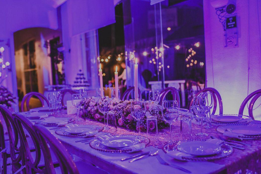 Detalles con Ángel Eventos   (Centro de mesa en flor natural con velas, caminos de mesa, renta de loza)