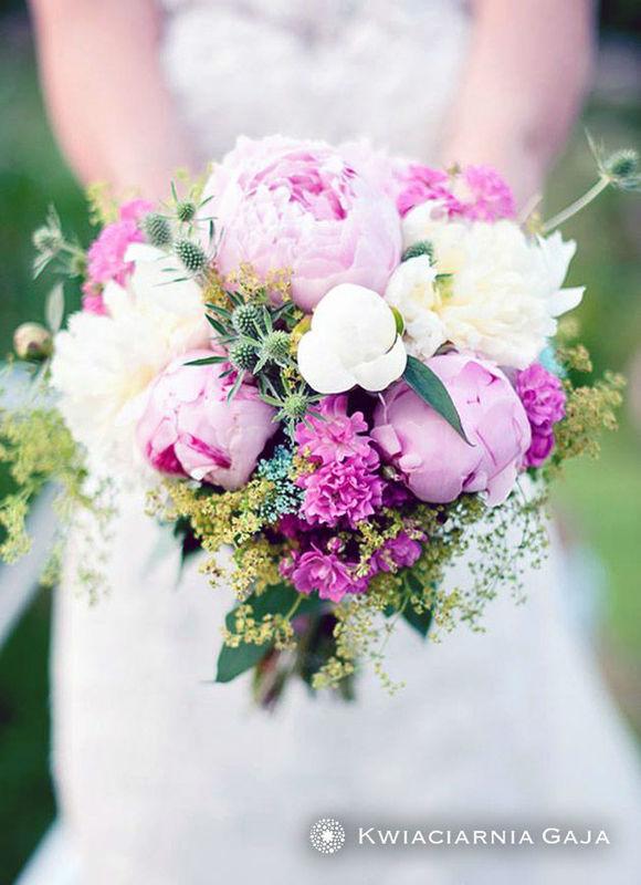 Piękny bukiet ślubny: kompozycja z kremowych i różowych kwiatów