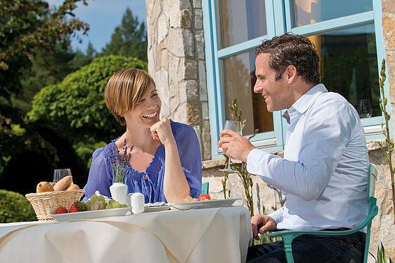 Beispiel: Frühstück auf der Terrasse, Foto: Travel Charme Bernstein Prerow.