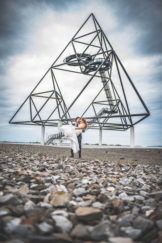 Beispiel: Brautpaarshooting am Tetraeder, Foto: Hochzeitsfotografie Thomas Göbert