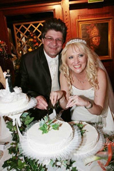 Beispiel: Strahlendes Brautpaar, Foto: Make me up.