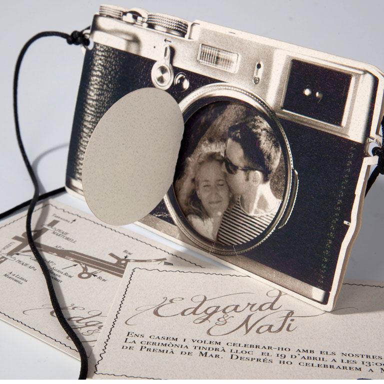 Invitación dentro de una cámara reflex de papel