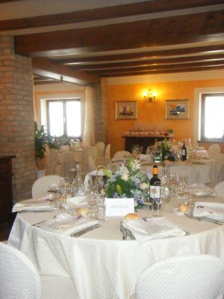 Allestimento tavoli all'interno - Cascina Casareggio