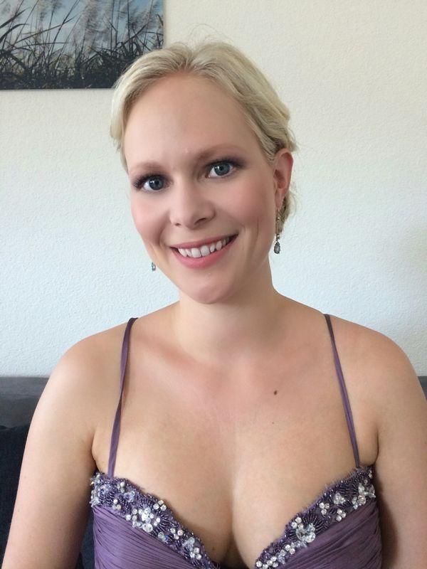 Trauzeugin Sina ihre blaue Augen kamen noch mehr zur Geltung mit den rosigen Blush und Highlighter.