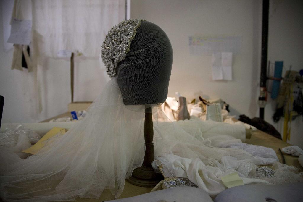 Particolare copricapo con velo, abito da sposa anni '30