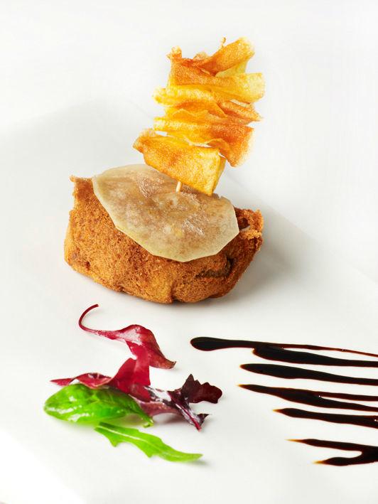 Hamburguesa crujiente de solomillo con lámina de queso de pastor y banderilla de espunta