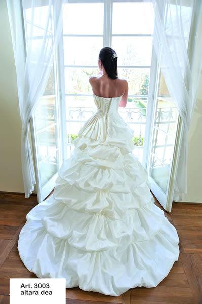 Beispiel: Elegante Kleider für Ihre Hochzeit, Foto: Minder Mode.