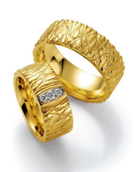 Beispiel: Eheringe in Gelbgold mit Diamanten von Collection Ruesch, Foto: Juwelier Kopf.